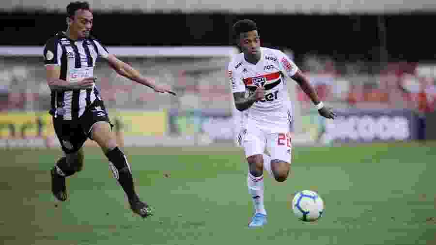 Tchê Tchê corre atrás da bola acompanhado de perto por Pituca na partida entre São Paulo e Santos pelo Brasileiro - Alan Morici/AGIF