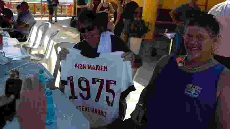 Baixista Steve Harris, do Iron Maiden, com a camisa personalizada que ganhou do Vasco - Rafael Ribeiro / Vasco