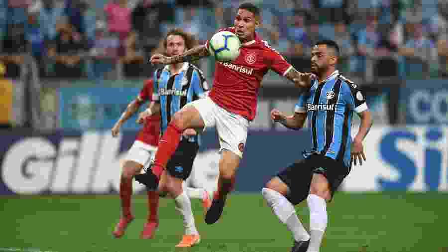 Paolo Guerrero tenta jogada em clássico Gre-Nal na Arena do Grêmio - Ricardo Duarte/Inter