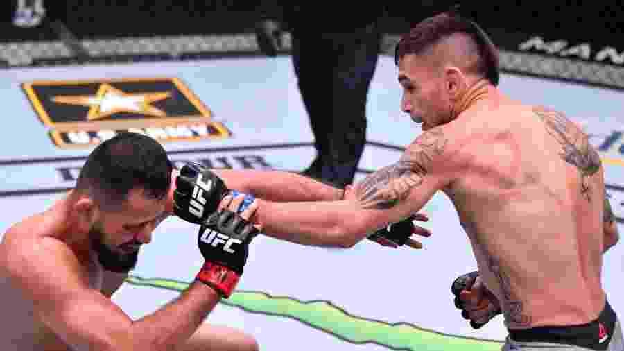 Jussier Formiga recebe golpe de Alex Perez no UFC 250 - Jeff Bottari/Zuffa LLC