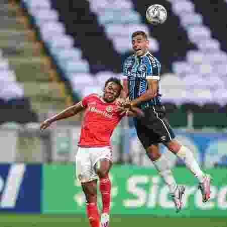 Diego Souza vence disputa aérea com Moisés em clássico Gre-Nal - Lucas Uebel/Grêmio