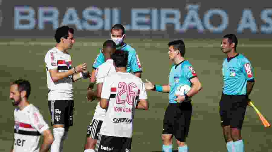 Jogadores do São Paulo aguardam Goiás em campo após casos de covid no time goiano - Heber Gomes/AGIF