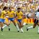 Diego Maradona em jogo contra o Brasil na Copa do Mundo de 1982 - Peter Robinson - EMPICS/PA Images via Getty Images