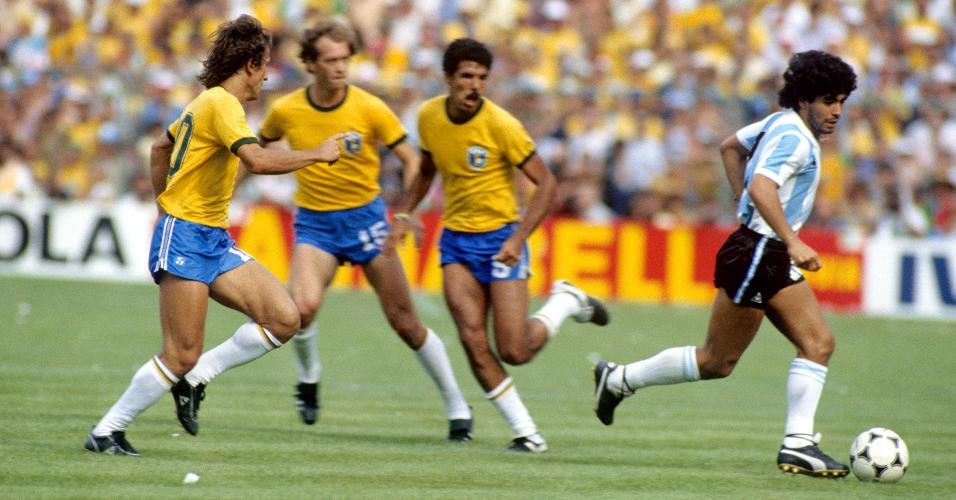 Diego Maradona em jogo contra o Brasil na Copa do Mundo de 1982