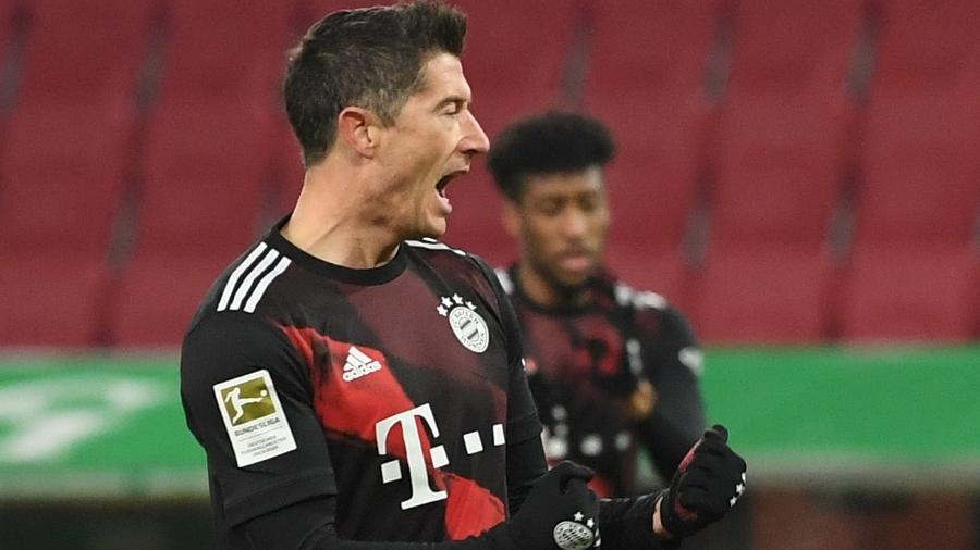 Lewandowski comemora o gol do Bayern de Munique contra o Augsburg - ANDREAS GEBERT/AFP