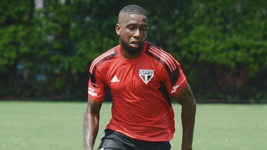 Toró, jogador do São Paulo, com o novo uniforme de treino do São Paulo - Divulgação/São Paulo