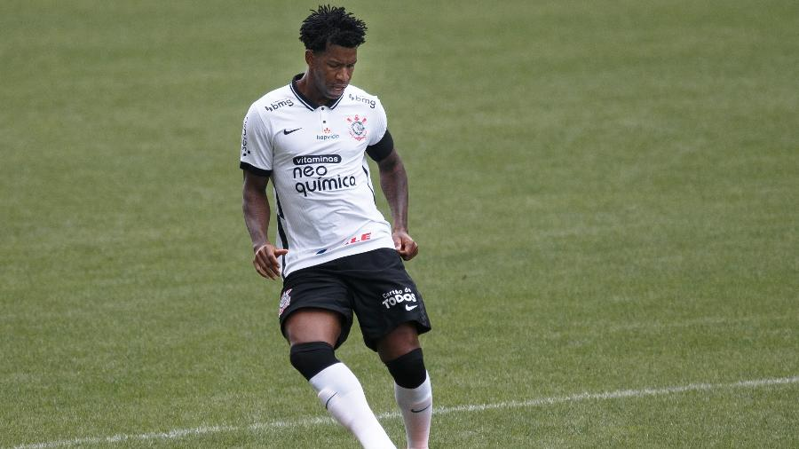 Gil, zagueiro do Corinthians, passa a bola em partida contra a Ponte Preta - Ettore Chiereguini/Ettore Chiereguini/AGIF
