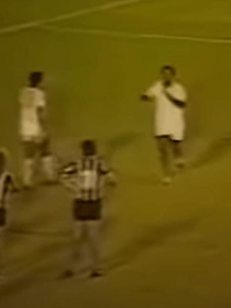 Agnaldo Timóteo (à dir.) esbravejou com centroavante Cláudio Adão durante o jogo - Reprodução
