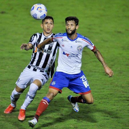 Savarino e Juninho Capixaba disputam - Jhony Pinho/AGIF