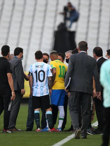 Agentes da Anvisa interrompem partida entre Brasil e Argentina, em São Paulo - Alexandre Schneider/Getty Images