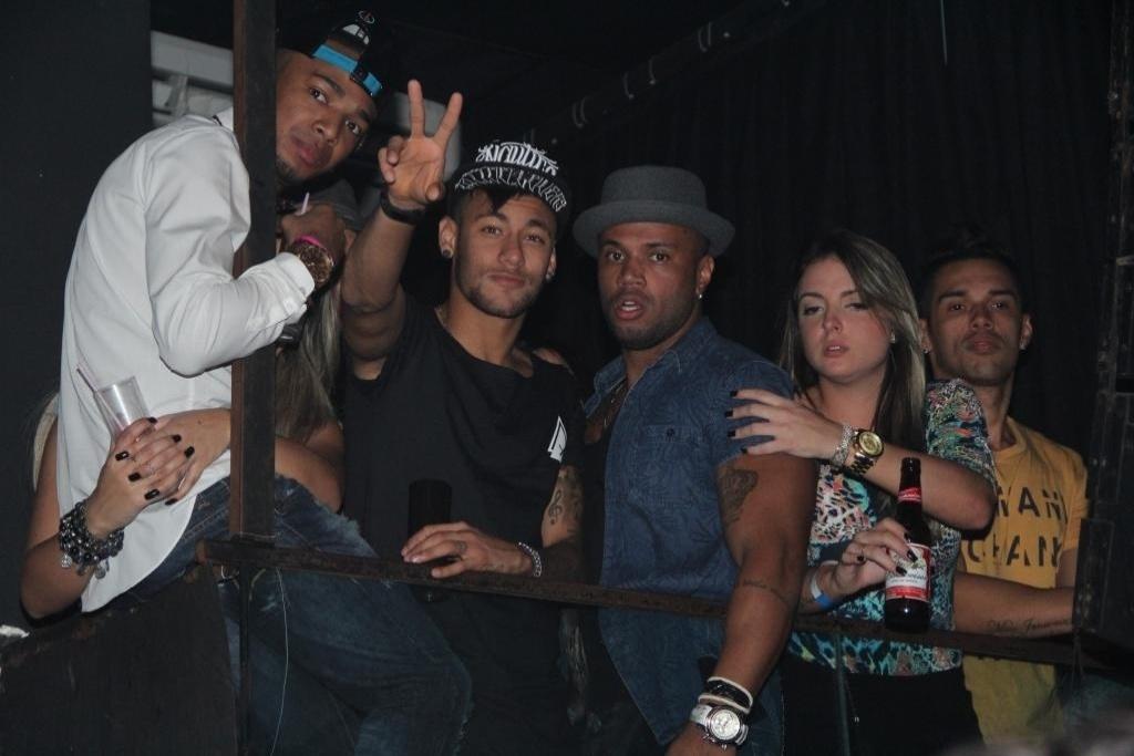 28.jun.2015 - O atacante Neymar foi a uma casa noturna no Rio neste domingo para assistir a um show da funkeira Anitta. O craque estava acompanhado de alguns de seus