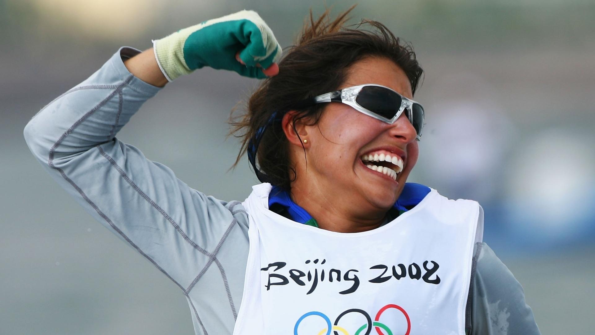 Fernanda Oliveira comemora a medalha de bronze conquistada na classe 470 da vela nos Jogos Olímpicos de Pequim-2008