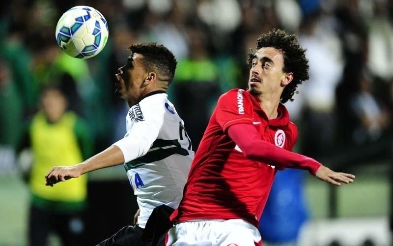 Valdívia disputa a bola em lance do jogo válido pela 25ª rodada do Brasileirão, entre Coritiba e Inter