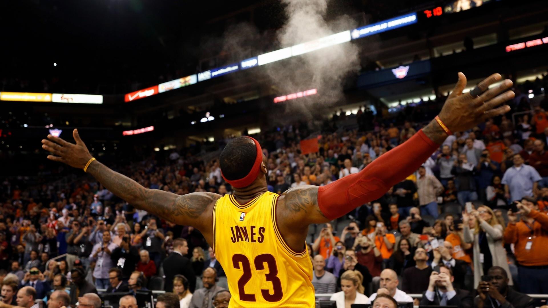 13.jan - LeBron James comemora ponto na frente da torcida adversária, em jogo do Cleveland Cavaliers contra o Phoenix Suns, na NBA