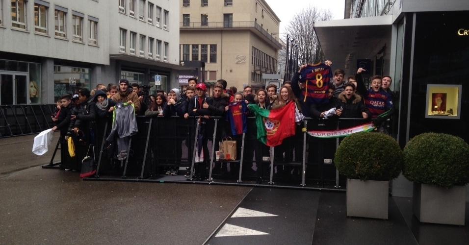 11.jan.2016 - Em Zurique, fãs se aglomeram antes do início da cerimônia de premiação da Bola de Ouro
