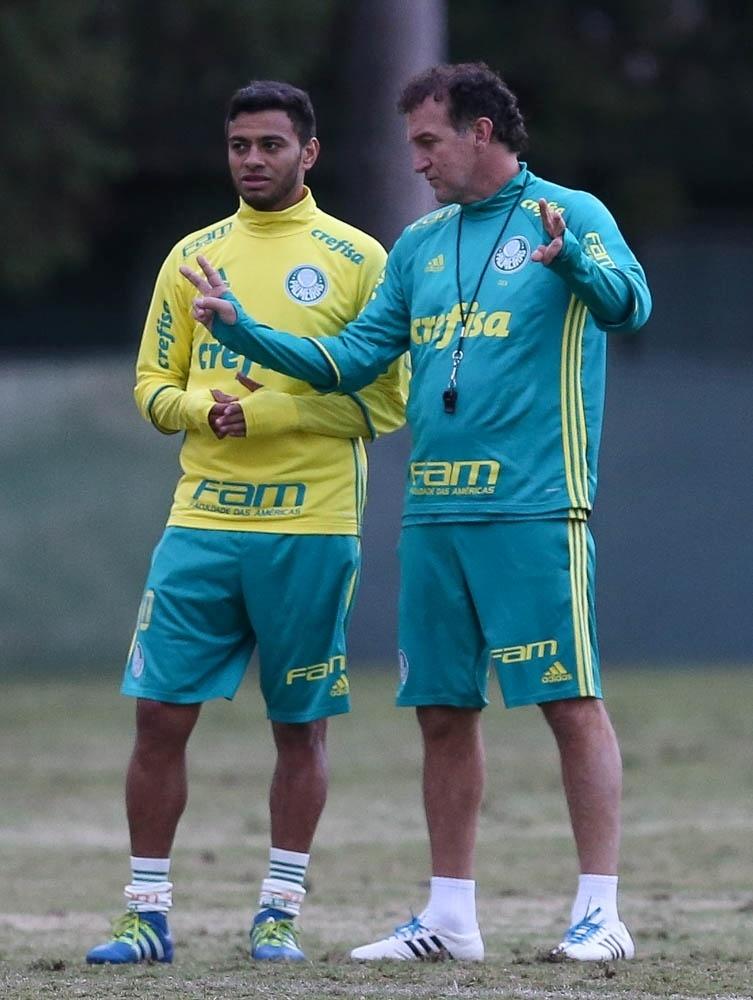 Cleiton Xavier é orientado por Cuca durante treino do Palmeiras na Academia de Futebol