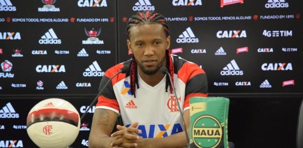 Zagueiro Rafael Vaz apresenta suas trancinhas rubro-negras no Flamengo