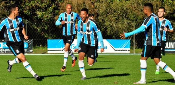 Marcos Paulo (centro) é goleador do time B do Grêmio e mira oportunidade