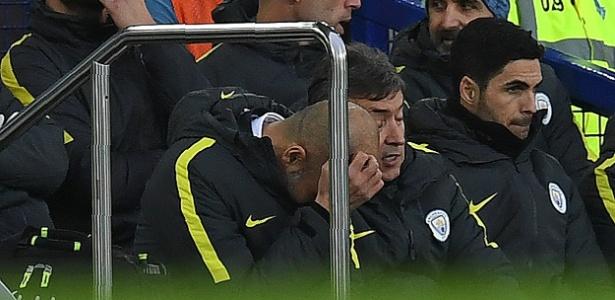 Pep Guardiola lamenta no banco de reservas enquanto seu time é goleado