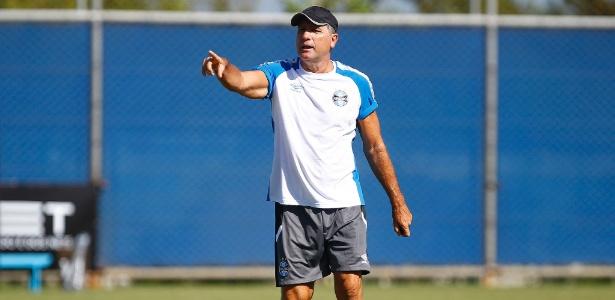 b9b759e5e4 Renato cobra reforços e repete 2011 no Grêmio
