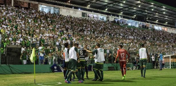 Jogadores da Chape comemoram gol de Reinaldo