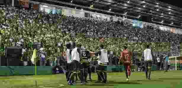 Torcida de Chapecó fez festa para os dois times e até aplaudiu gol adversário - Diego Padgurschi /Folhapress