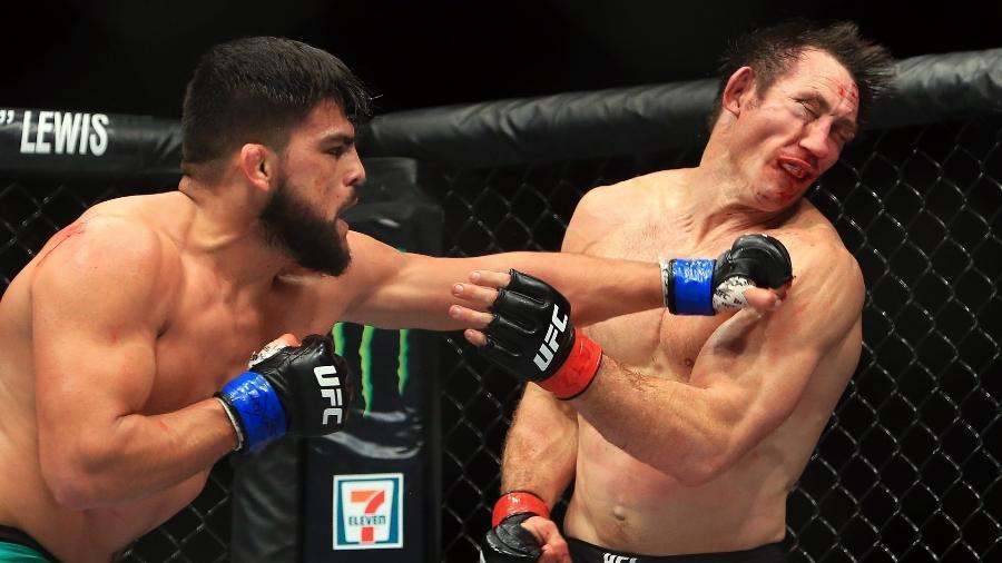 Kelvin Gastelum (esq.) derrotou Tim Kennedy no UFC 206 - Vaughn Ridley/Getty Images/AFP