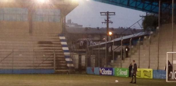 Torcedores do São José-RS acompanham partida em cima de caminhão, fora do estádio