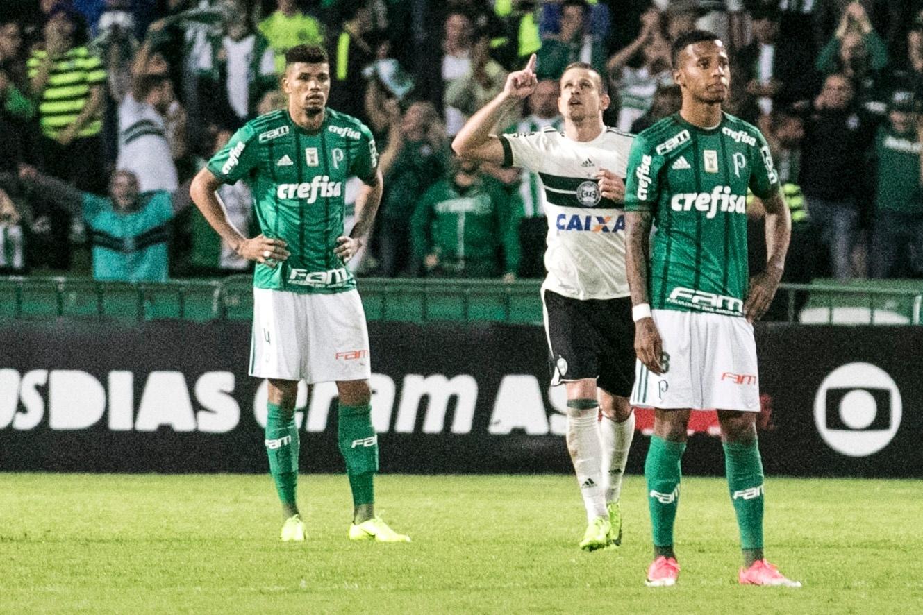 Matheus Galdezani do Coritiba, marca o primeiro contra o Palmeiras