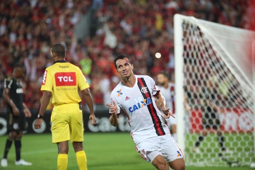 Leandro Damião comemora gol do Flamengo marcado contra a Ponte Preta