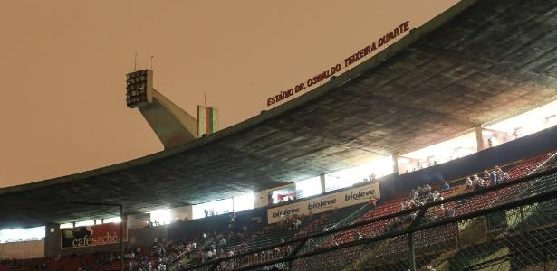 Imagem do estádio do Canindé em partida entre Portuguesa e Bragantino