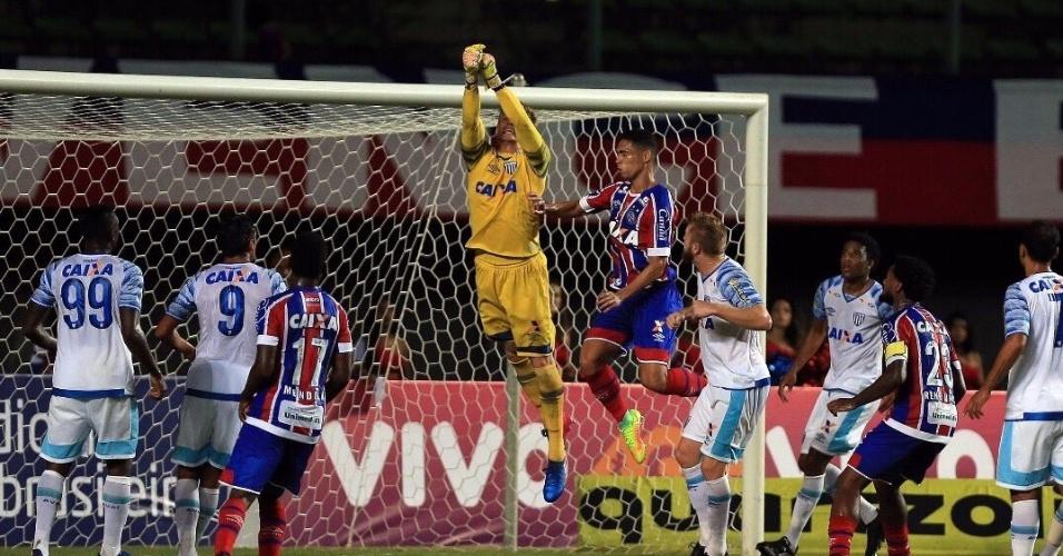 Goleiro Douglas, do Avaí, intercepta ataque do Bahia em jogo no Estádio do Pituaçu pelo Campeonato Brasileiro 2017