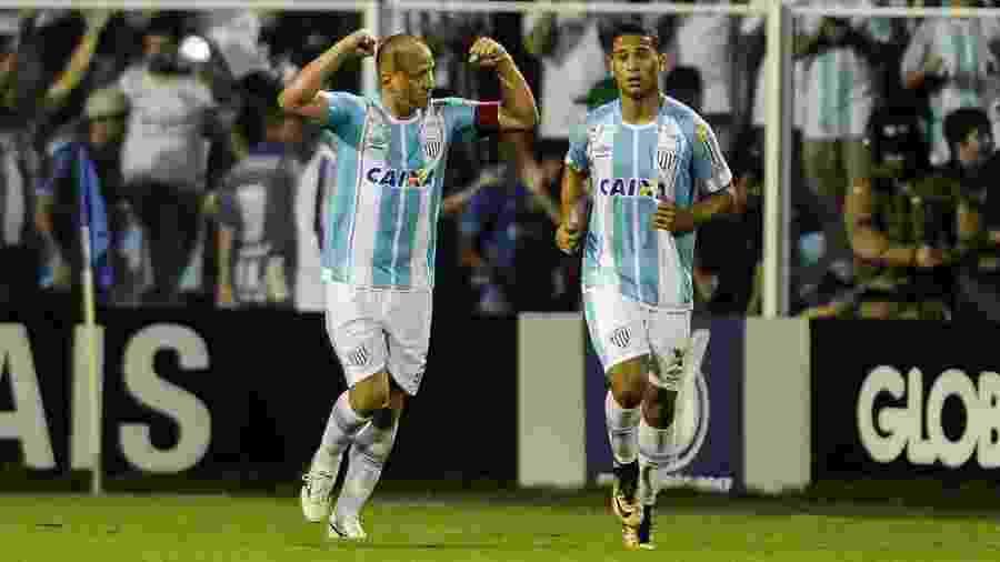 Marquinhos (à esquerda) deixou de ser jogador em abril e virou gerente de futebol do Avaí - EDUARDO VALENTE/FRAMEPHOTO/ESTADÃO CONTEÚDO