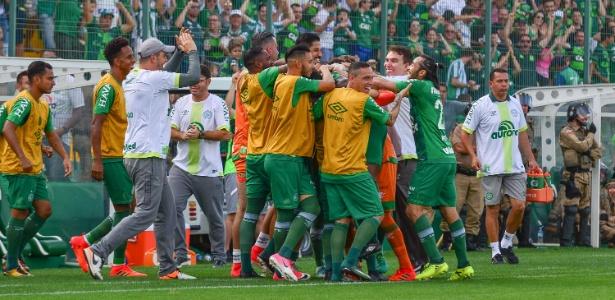 Chapecoense comemora a vitória sobre o Coritiba e a vaga na Libertadores