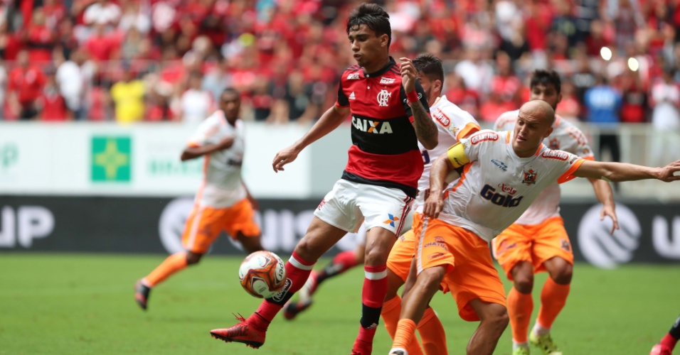 Jogador do Flamengo tenta sair da marcação do adversário no duelo entre Flamengo e Nova Iguaçu pelo Campeonato Carioca