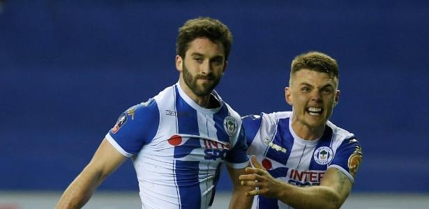 Will Grigg (à esquerda) comemora o gol da classificação do Wigan - ANDREW YATES/REUTERS