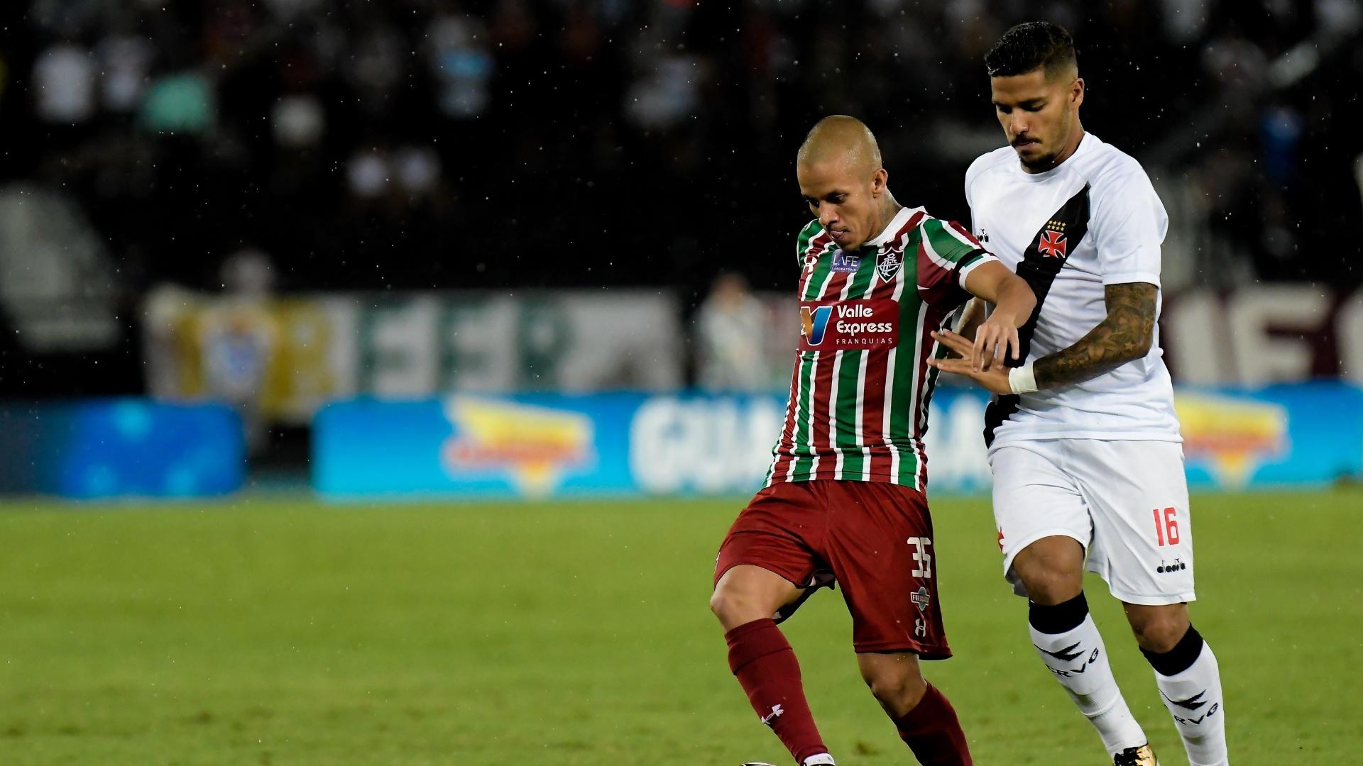 Marcos Junior e Henrique disputam bola em Vasco x Fluminense pelo Campeonato Carioca