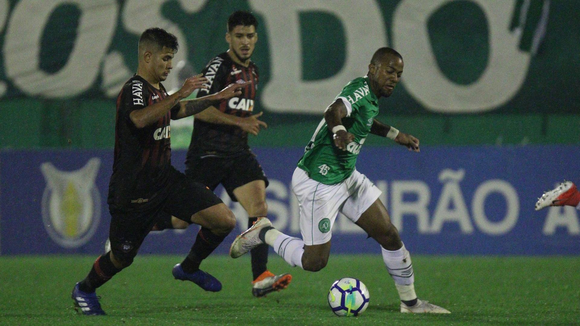 Victor Andrade tenta escapar da marcação em duelo entre Chapecoense e Atlético-PR