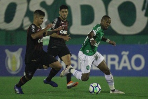 0e9025185d Chapecoense vira sobre Atlético-PR e joga Vasco para a zona de rebaixamento