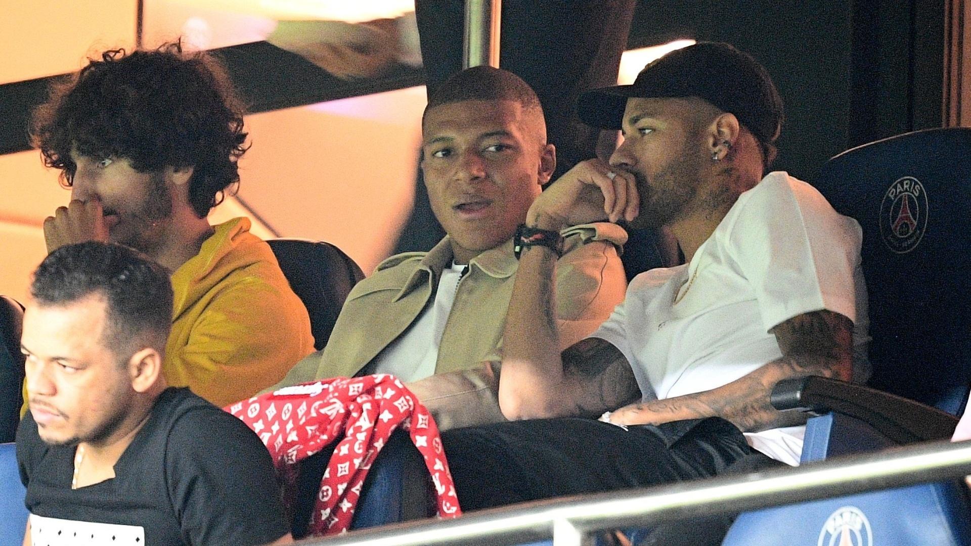 Neymar e Mbappé assistem ao jogo entre PSG e Saint-Etienne das tribunas do Parque dos Príncipes