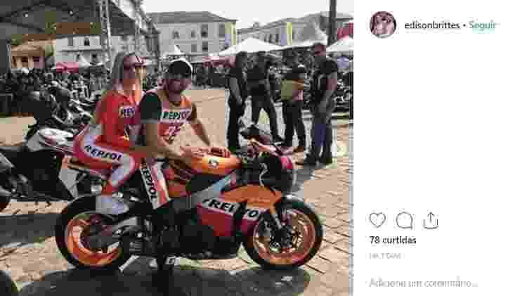 Juninho Riqueza e a mulher Cristiana Brittes em foto com moto apreendida pela polícia - Reprodução/Instagram - Reprodução/Instagram