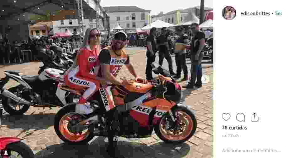 Juninho Riqueza e a mulher Cristiana Brittes em foto com moto apreendida pela polícia - Reprodução/Instagram
