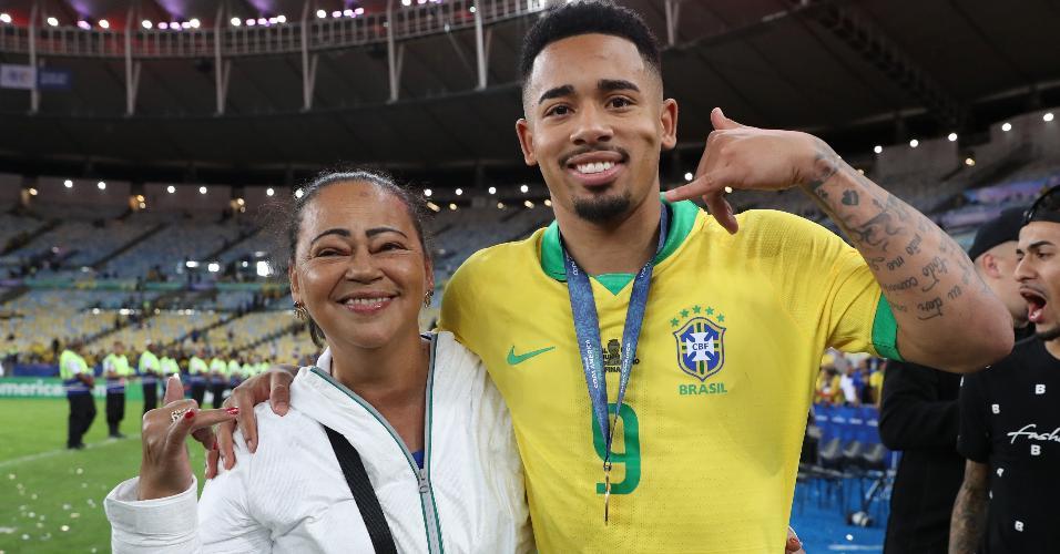Gabriel Jesus posa com a mãe Vera Lúcia depois de vencer a Copa América