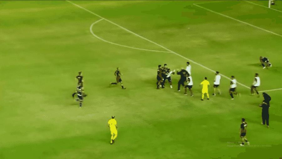 Massagista do Vitória-PE invade campo e troca socos com jogadores do Sport - Reprodução / Globo Esporte