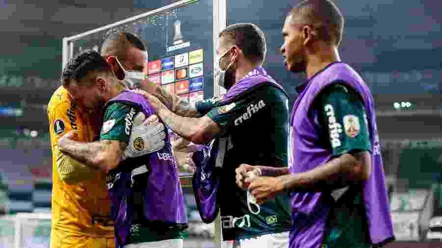 Jogadores do Palmeiras abraçam Weverton após a classificação à final da Libertadores - Staff Images/Conmebol
