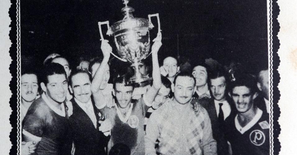 Jair Rosa, do Palmeiras, com o troféu da Taça Rio de 1951