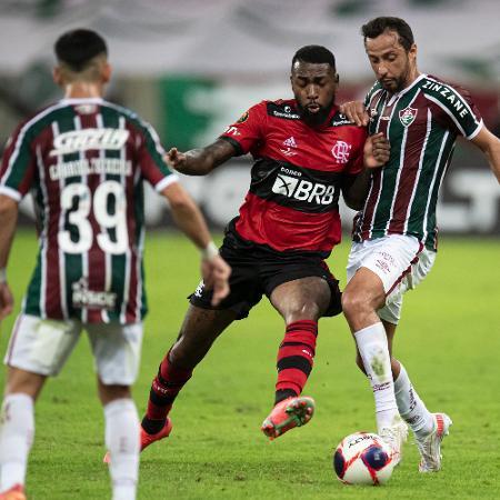 Nenê e Gerson disputam a bola na decisão  - Jorge Rodrigues/AGIF