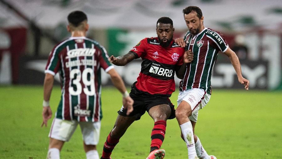 Nenê e Gerson disputam a bola durante partida de ida da final do Cariocão - Jorge Rodrigues/AGIF