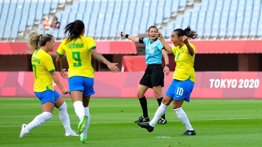Marta, Debinha e Andressinha comemoram gol que abriu placar do jogo de hoje (21), contra a China - Koki Nagahama / Getty Images