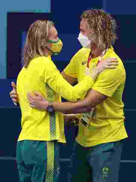 Ariarne Titmus abraça o técnico Dean Boxall após vencer os 200m livre - Maddie Meyer/Getty Images - Maddie Meyer/Getty Images